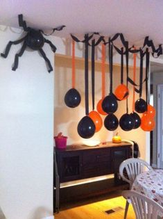 If you are looking for ideas to decorate your house in Halloween, then you are going to LOVE these DIY Halloween decorations. Keep reading for the most scary, fun, and easy Halloween Decor this year. Halloween Party Kinder, Casa Halloween, Halloween Designs, Halloween Games, Halloween Birthday, Halloween Party Decor, Holidays Halloween, Halloween Kids, Halloween Crafts