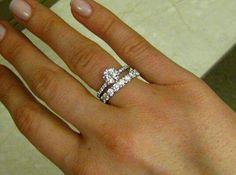 Armoniosa estetica di diamanti anello oro bianco solitario impreziosito da meravigliosi diamanti micropave di diamanti taglio brilliante diamante centrale taglio brillante. Fede nuziale.ornata di diamanti taglio brilliante #fashion #gift #fasebook #instafoto #instagram #lusso #donna #goldid #eleganza #jewelery #style # bianco #gift