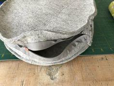 Trendy circle bag zelf naaien – met gratis patroon » BERNINA Blog Diy Bag Making, Sewing Tutorials, Sewing Patterns, Diy Bags Purses, Craft Bags, City Bag, Waist Cincher, Fashion Bags, Craft