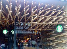太宰府天満宮のスタバ(2013年撮影)。隈健吾が設計したらしく、和風のテイストになっています。