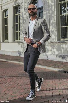 Erfahre welche Teile dazu passen! Casual Chic Outfit für Männer. Sportlich-eleganter Look mit Jeanshose, T-Shirt, Sakko und Sneaker. Ein Herrenoutfit im smarten Stil, passend für die Freizeit oder bei der Arbeit. Outfits für Männer mit passenden Teilen bei Favorite Styles. #favoritestyles #mode #fashion #outfit #männer #herren #style #stil #männermode #herrenmode #mensoutfit #mensfashion #ideen #inspiration #casual #chic #smart #elegant #sportlich #jeans #sakko #freizeit #arbeit #grau #blau