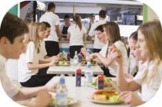 Eine Studie an der kanadischen McMaster-Universität kam zu dem Ergebnis, dass Frauen kalorienbewusster essen, wenn Männer mit am Tisch sitzen.