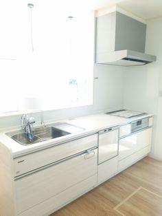 ●HMの標準仕様〈キッチン設備〉 ・タカラスタンダードのオフェリア(I型、吊戸棚なしタイプ)吊戸棚はありも選べます。 ・カラー:鏡面木目のホワイト(LNU2664CM) ・人大カウンター:ソリッドホワイト ・シンク:ステンレス 直に熱い鍋が置けるので安心! ・浄水機能付きハンドシャワー水栓(JA306MN) ・食洗機(三菱EW-45RIS) ・ホーロークリーンレンジフード(VMAタイプ) ・IH調理器:CS-KG32M ・タオルハンガー付属