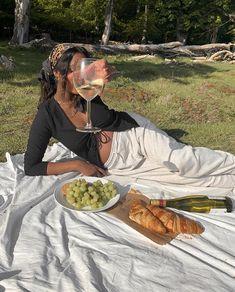 Spring Aesthetic, Black Girl Aesthetic, Picnic Photography, Photography Poses, Picture Poses, Photo Poses, Picnic Photo Shoot, Picnic Pictures, Picnic Outfits