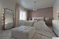 makuuhuone,makuuhuoneen sisustus,makuuhuoneen tekstiilit,blogikoti,tyylikäs,jysk,peili,bling,bling bling,chic,valkoinen,vaaleat sävyt,vaalea sisustus,kattokruunu