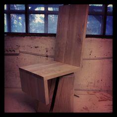 @stuh Silla elaborada con bloque y estructura en fresno macizo. Gira a través de rodamiento empotrado