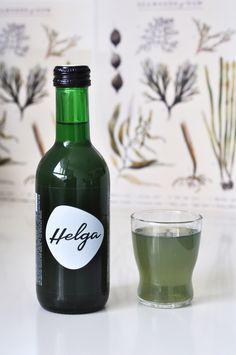 Das einzigarte grüne Algen-Erfrischungsgetränk HELGA versorgt den Körper mit wertvollen Inhaltstoffen wie Chlorophyll und Vitamin B12. Vitamin B12, Superfood, Wine, Drinks, Bottle, Feel Better, Foods, Boxing, Drinking