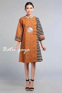 Batik with kain lurik for CNY Muslim Fashion, Ethnic Fashion, Hijab Fashion, African Fashion, Fashion Dresses, Womens Fashion, Blouse Batik, Batik Dress, Dress Batik Kombinasi