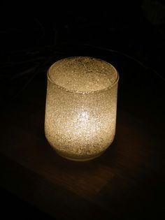 Winter-Windlicht: Glas innen mit Tapetenkleister bestrichen, Zucker reingestreut und so lange gedreht und gewendet, bis alles gut mit Zucker bedeckt war
