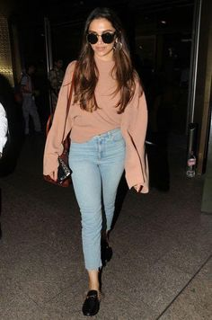 Looking for a similar oversized sweatshirt and blue skinny jeans like Deepika Padukone is wearing at the Mumbai airport Casual College Outfits, Celebrity Casual Outfits, Casual Dress Outfits, Crop Top Outfits, Celebrity Look, Teen Fashion Outfits, Everyday Outfits, Chic Outfits, Trendy Outfits