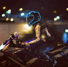 I love this helmet, although I'm NOT the biggest Gixxer fan: P - Motorcycle Custom Motorbike Girl, Motorcycle Helmets, Motorcycle Couple, Motorcycle Lights, Biker Chick, Biker Girl, Helmet Light, Yamaha R6, Hot Bikes