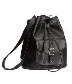Hem sırt çantası hem de torba çanta olarak kullanılabilen suni deri çanta. Üstte mıknatıslı ve büzgü bağlı, dekoratif tokalı ve mıknatıslı dış gözlü, sap olarak da kullanılabilen ayarlanabilir ince omuz askılı çanta. Boyut 14,5x25x29 cm.