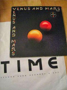 """ここにポール・マッカートニー アンド ザ ウイングスのアルバム「Venus and Mars」がある。  *** 男は車の窓から、ふと何の気なしに対抗車線側のビルを見た。  何と言うことのない雑居ビルだ。  「レコード」「買取」のような看板が見えた。  「ん?TIME?」 男の記憶の中を何かが走った。。。  ここは? あ、昔、良く来た?  ***  「ビートルズ聞こうぜ!」と中学の同級生のM田は言った。  「昨日のラジオ凄かったな! You say Yes! I say No!♪ """"Hello Goodbye"""" いいわー!」と同じクラスのI嶋は返し「うち、兄貴が好きだから、ビートルズのレコードあるよ。」  M田は「じゃーお前んちに行こうよ。」と、勝手に超乗り気になる。  男は「俺だって、姉貴が良く聞いてるよ、擦り切れてるけど。」とつぶやく。  M田「じゃー、今日、I嶋んちな!」  ***  I嶋んちは、小学校のまん前の庭付きの一軒屋で、小学校時代は同学年の奴は誰でも知っていたが、中学に入ってからは、たまり場というほどでもなかった。…"""