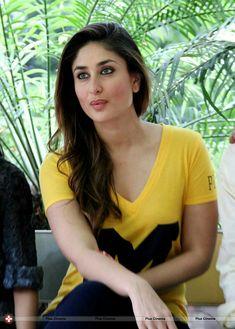 Bollywood beautiful actress Kareena Kapoor latest images in yellow t-shirt Beautiful Girl Indian, Most Beautiful Indian Actress, Beautiful Actresses, Karena Kapoor, Cleavage Hot, Glamour Ladies, Indian Actress Images, Bollywood Actress Hot Photos, Bollywood Actors