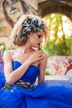 """Abito da sposa """"Giove"""" nella sua variante in tulle blu elettrico. Linea Venice, Collezione 2017 Tirapani. #Tirapani #TirapaniAtelier #sposa #spose #abitodasposa #collezione2017 #abitodasposa2017 #bride #bridal #weddingdress #weddingdress2017 #lookbook2017 #abitosposablu #abitoblu #sposainblu"""