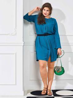 Застібнута на всі ґудзики і при цьому просто створена для літа - струмениста міні-сукня сорочкового крою з боковими розрізами і зміщеними вперед плечовими швами. Для офісу скомбінуйте плаття з вузькими брюками або видовжіть модель на 20 см.  Вам знадобиться: поліестеровий крепдешин 2,75-2,80-2,80-2,80-2,85 м шириною 145 см; флізелін G 785; 7 маленьких пласких ґудзиків.