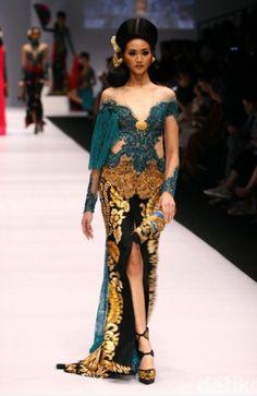Tampilan Long Dress Kebaya Bermotif Batik Terbaru