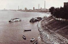 Z prawej bulwar Piłsudskiego. Widoczna przystań to działający od 1865 r. port rzeczny (towarowy) umiejscowiony na wysokości kościoła św. Jana. Po latach służył jedynie jako przystań pasażerska.
