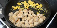 Ægget steges ved siden af kyllingen på panden.