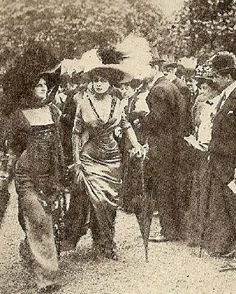 Sensation at the races! Jeanne Margaine-Lacroix mannequins at Longchamp, May 1908 Edwardian Era, Victorian, Belle Epoch, 1900s Fashion, 20th Century Fashion, Long Gloves, Historical Costume, Vintage Beauty, Vintage Photography
