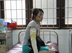 Vợ bị chồng dội nước sôi vì đi xăm chân mày - Tiền Phong