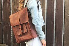 Lederrucksack ist aus braunem Leder gefertigt. Besteht aus Hauptfach mit zusätzlichen zwei Taschen auf der Außenseite. Dieser minimalistische Rucksack wäre gut für Männer oder Frauen, es ist ein unisex-Modell.  In minimalistischen urbanen Stil gefertigt, wird es ein großes Geschenk für jemand geworden. Die Länge der Träger ist verstellbar. Rucksack ohne Futter beteiligt. Dieser Rucksack lässt Sie das Gefühl von Freiheit in Bewegung und setzen Sie die Hände frei.  ● • Produktbeschreibung: • ●…