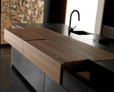 Kochinsel mit ausziehbaren Arbeitsplatten aus Massivholz
