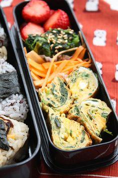 Omelette à l'épinard , le lunch box japonais et hanami à Shinjuku Gyoen   tabimobi