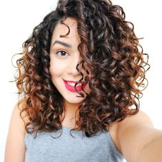Women with medium curly hair will envy many women with straight hair. Because girls with straight hair have to go through a few steps just to get medium curly hair that is perfect on special days. Thick Curly Hair, Curly Hair With Bangs, Colored Curly Hair, Haircuts For Curly Hair, Curly Hair Tips, Curly Hair Styles, Medium Curly Haircuts, Curly Girl, Medium Hair Cuts