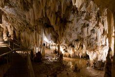 Cueva de Pozalagua Estalactitas de formas caprichosas tapizan esta cavidad de las Encartaciones, en el extremo occidental de Bizkaia. No hay otra igual en el mundo.