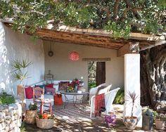 Detalle color tostado y blanco Un porche con sabor andaluz y detalles marroquíes. |