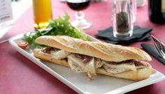 Bocadillo de queso con lomo de cerdo y cebolla confitada