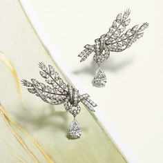 High Jewellery Chaumet elevates luxury jewellery to the rank of a true art. A concern that can be found in the collections La Nature, Joséphine, Soir de Fête, Jardins ou Chaumet est une fête. Fall Jewelry, Gems Jewelry, High Jewelry, Luxury Jewelry, Jewelry Art, Jewelry Accessories, Fashion Jewelry, Chaumet, Jewelry Drawing