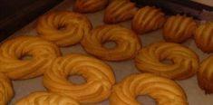 Πολύ αφράτα μπισκότα βουτύρου που είναι τρομερά γευστικά Onion Rings, Greek Recipes, Doughnut, Ethnic Recipes, Desserts, Food, Tailgate Desserts, Deserts, Essen