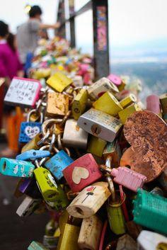 Candados del Amor, costumbre en algunas culturas que simboliza amor infinito, (que su amor será sellado para siempre). Torre Namsan centro de Seúl, Corea del Sur.