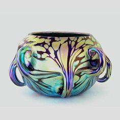 В 1836 году Иоганн Айснер открыл стекольное производство в городе Клостермюле, что в южной Богемии (ныне часть Чешской Республики). После его смерти завод несколько раз продавали, и в итоге он попал в руки к вдове стекольщика Иоганна Лётца, Сюзанне. Она оказалось весьма деловой дамой и следующие 20 лет успешно управляла компанией, которая выпускала хрусталь, накладное и цветное стекло. Она же дала ей название 'Johann Loetz Witwe' ('Вдова Иоганна…