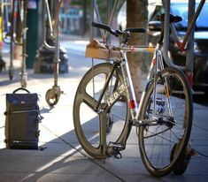 There is something about buying a new bike that makes you seem like a kid once again. On a glossy brand new bike, the wind feels a little wilder in your hair and you seem like your five years old. Fixed Gear Bike, Bike Run, Cycling Gear, Urban Cycling, Urban Bike, Bici Fixed, Bicycle Types, Cycling Holiday, Specialized Bikes