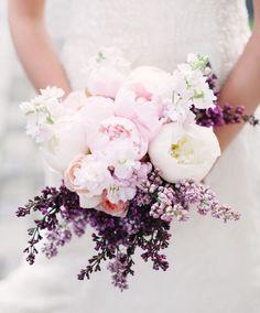 Las flores blancas simbolizan la pureza, estabilidad, inocencia y paz; las rosadas son símbolo de ternura, bondad y nobleza; las amarillas y anaranjadas...