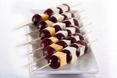 30 nápadov na silvestrovské chuťovky pre deti | SDEŤMI.com Grapes And Cheese, Appetizer Recipes, Dessert Recipes, Appetisers, Party Snacks, Food Plating, Caramel Apples, Finger Foods, Food To Make