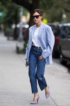 If you're looking for new outfit inspiration to wear with jeans, check out these stylish Victoria Beckham looks. Victoria Beckham Jeans, Style Victoria Beckham, Daily Fashion, Fashion Week, Look Fashion, Fashion Design, Blazer Fashion, Fashion Outfits, Womens Fashion
