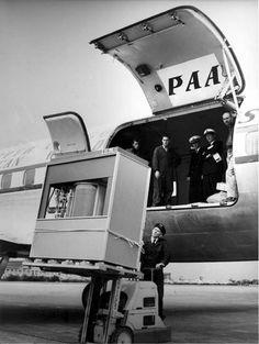 Un operario carga el primer disco duro de la historia, (cuya capacidad era de 5 Mb) en un avion de PanAm, 1965.