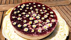 A refreshing cake i love to bake in spring and summer – in so many different ways. The picture with wild-berries and daisy-deco – and you can eat them as well. A piece of that cake with…