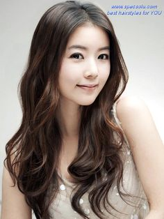 Cute Korean Girl Hairstyles with Natural Wavy Center Part Hair for Round Faces