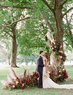10 Tips to Throw Your Dream Backyard Wedding - Green Wedding Shoes Here are our tips on how to throw a backyard wedding! 10 Tips to Throw Your Dream Backyard Wedding - Green Wedding Shoes Here are our tips on how to throw a backyard wedding! V Neck Wedding Dress, Wedding Dresses, Surfer Wedding, Do It Yourself Wedding, Green Wedding Shoes, Green Weddings, Wedding Portraits, Altar, Wedding Ceremony