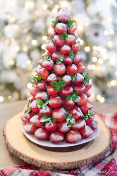 Christmas desserts don't have to be complicated! Impress your guests at your next Christmas party with this easy to make Chocolate Covered Strawberry Christmas Tree. Christmas Desserts: Chocolate Covered Strawberry Christmas Tree Today I'm sharing my Christmas Snacks, Xmas Food, Christmas Appetizers, Christmas Cooking, Noel Christmas, Holiday Desserts, Holiday Baking, Holiday Treats, Holiday Recipes
