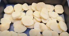 Täytä uunivuoka perunasiivuilla, jauhelihalla ja juustolla – vain vilkaisu lopputulokseen ja olen myyty Moussaka, Potatoes, Vegetables, Food, Basil, Potato, Essen, Vegetable Recipes, Meals