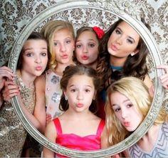 Kendall Vertes, Paige Hyland, Maddie Ziegler, Brooke Hyland, MacKenzie Ziegler, and Chloe Lukasiak. I this photo but I don't like that Nia isn't there :(