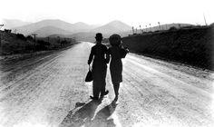 """""""A vida me ensinou a dizer adeus às pessoas que amo, sem tirá-las do meu coração.""""  ― Charles Chaplin"""