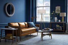 idée peinture salon bleu foncé, canapé orange en cuir, table basse en bois