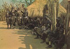 327 - Angola - Soba Muíla trajando a rigor com mulheres e filhas